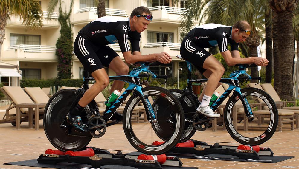 Ciclistas entrenando en rodillos