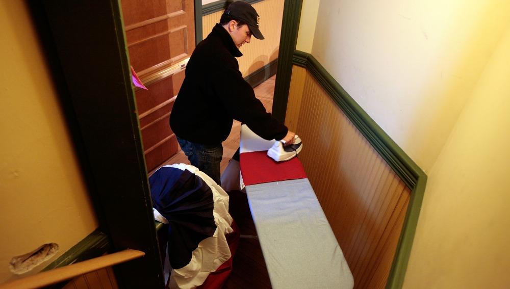 Un hombre haciendo las labores del hogar