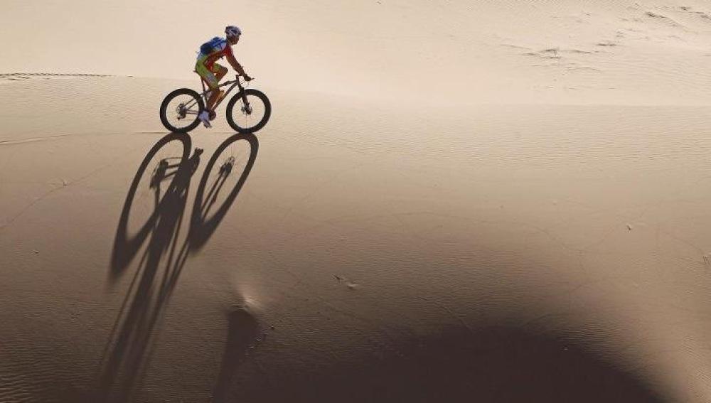 Milton Ramos atraviesa una duna en la Titan Desert
