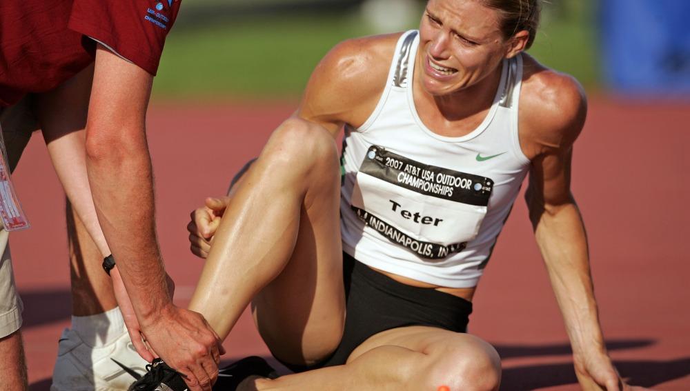 Una corredora cae lesionada en una prueba