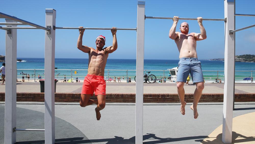 Dos hombres hacen ejercicios en un parque