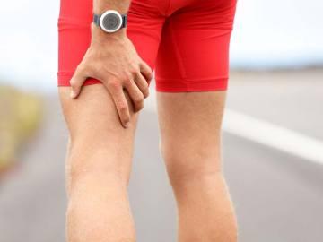 Un corredor sufre un dolor muscular