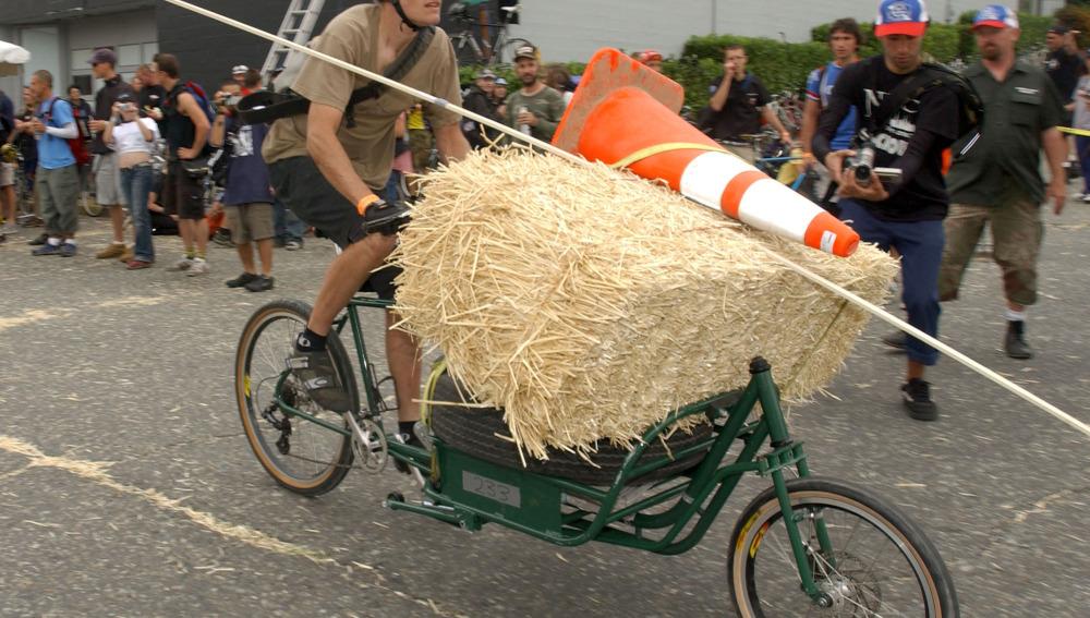 Un hombre con una carga pesada en bici