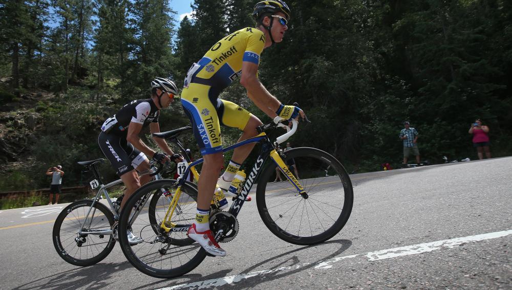 Unos ciclistas afrontan la subida de un repecho