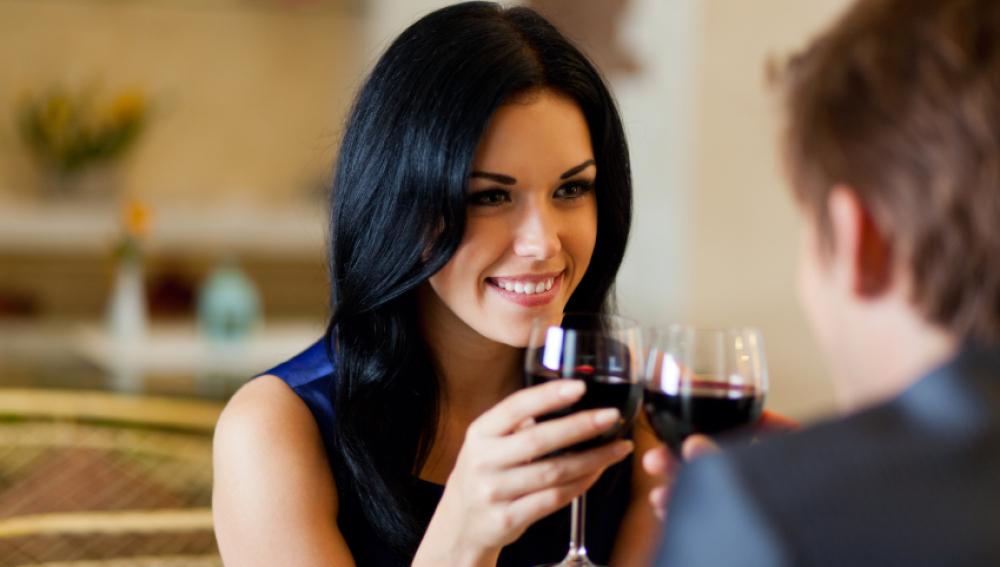 Una pareja tomando un vino