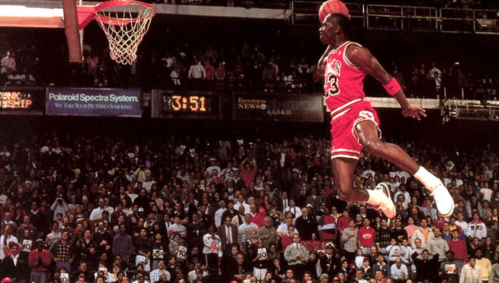Michael Jordan saltando hacia el aro