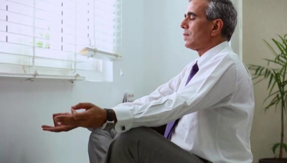 Un hombre meditando
