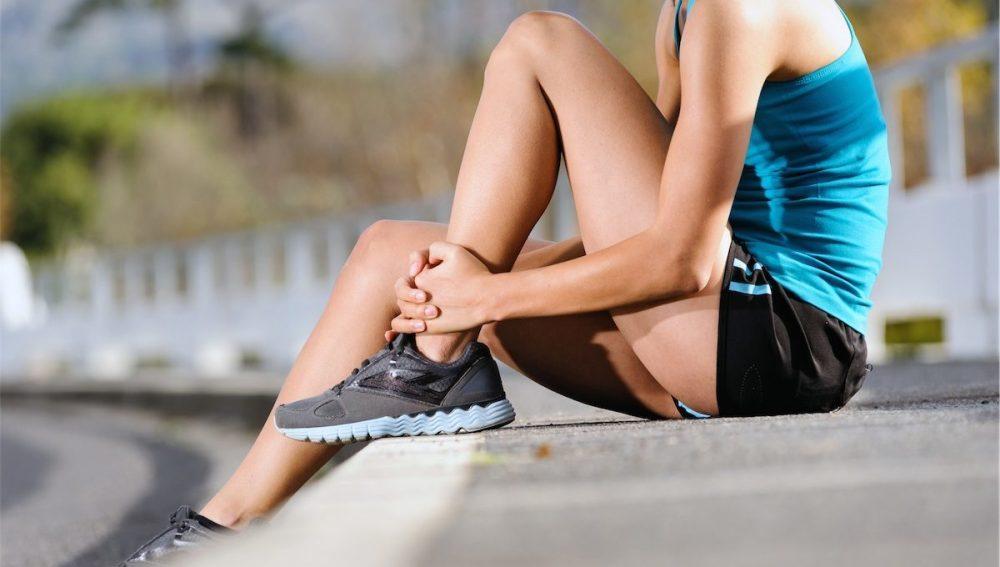 Una corredora descansa tras hacer deporte