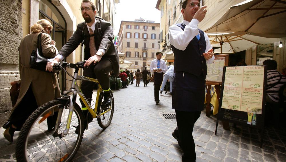 Un hombre va a trabajar en su bici