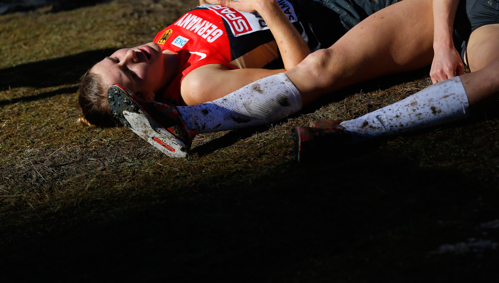 Unas corredoras descansan sobre el barro