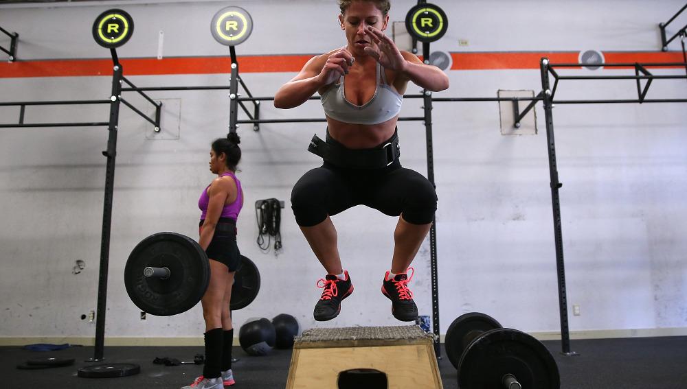 Una mujer hace unos saltos en un banco