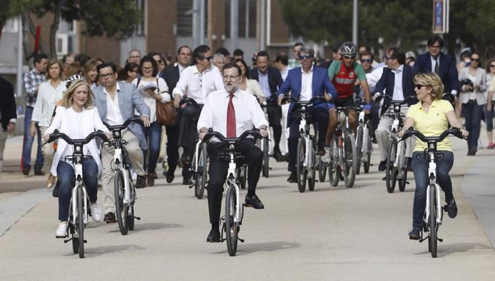 Rajoy, Aguirre y Cifuentes pasean por Madrid Río.
