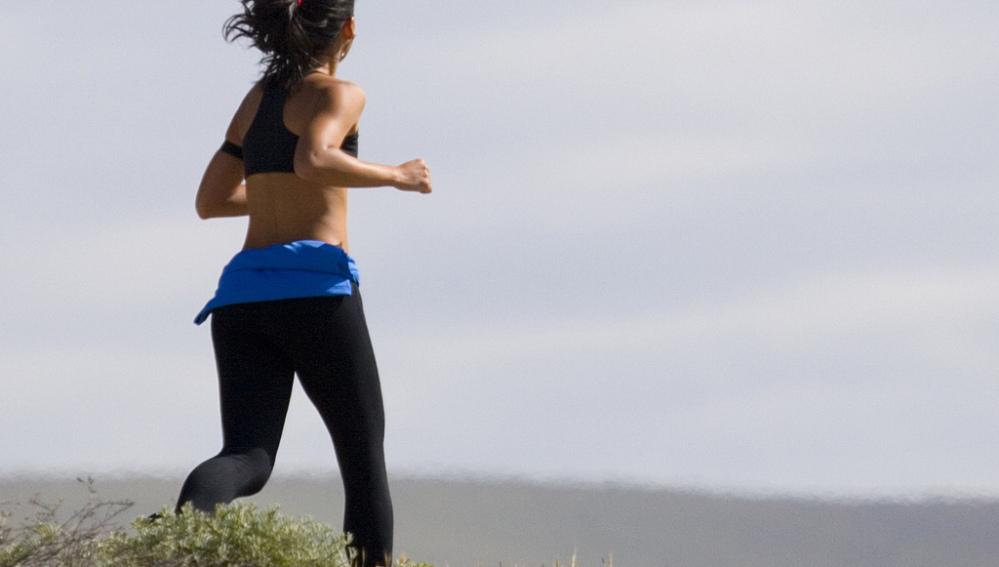 Una mujer corriendo por la montaña