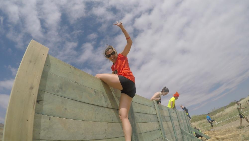 Paula Butragueño atravesando uno de los obstáculos
