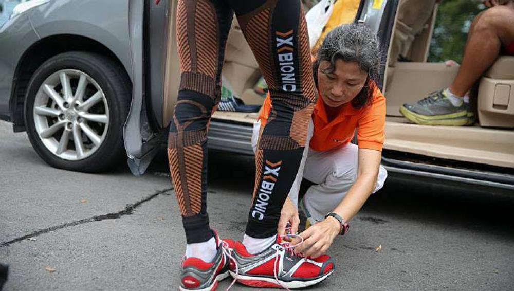 Un deportista se pone zapatos con suela curva