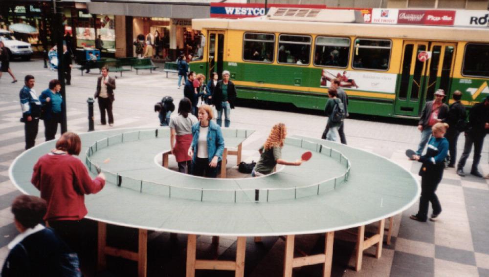 Jugar al ping pong en una mesa redonda es posible
