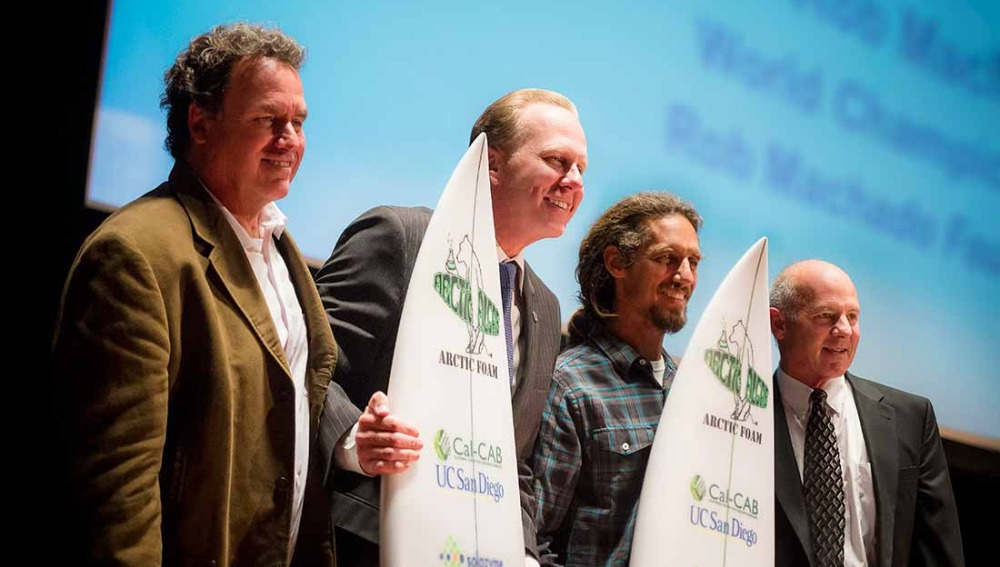 Presentación de la tabla de surf hecha con algas