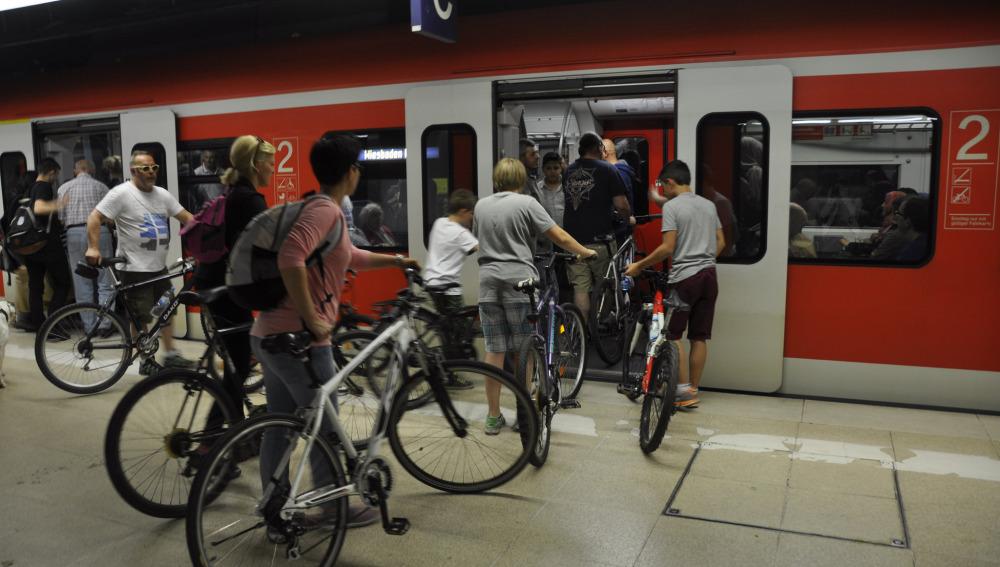 Pasajeros entrando al tren con bici