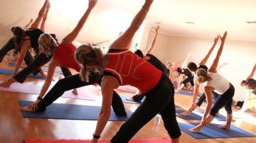 Practicando Yoga en el gimnasio