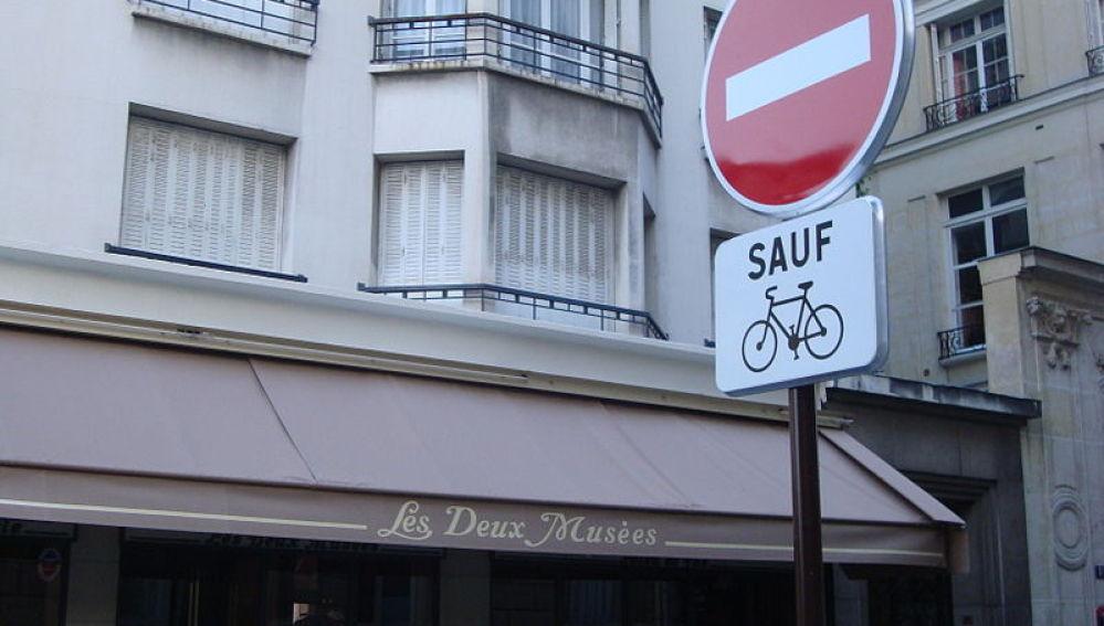 Señal de prohibido salvo bicis en Francia