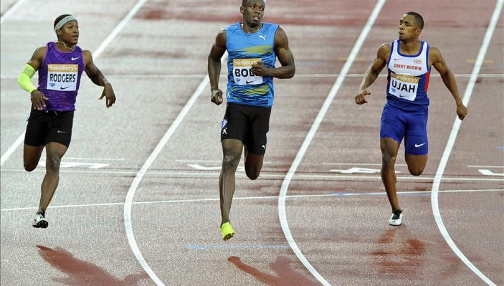 Usain Bolt regresa con 9.87 en semifinales de 100 bajo la lluvia