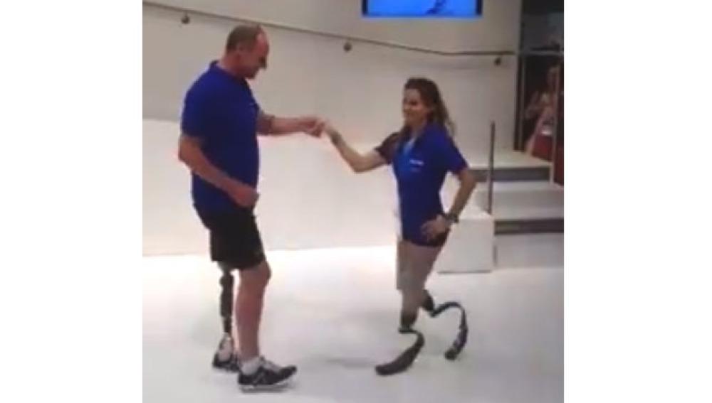 Los pasos de baile de una pareja con prótesis en las piernas emocionan en la Red