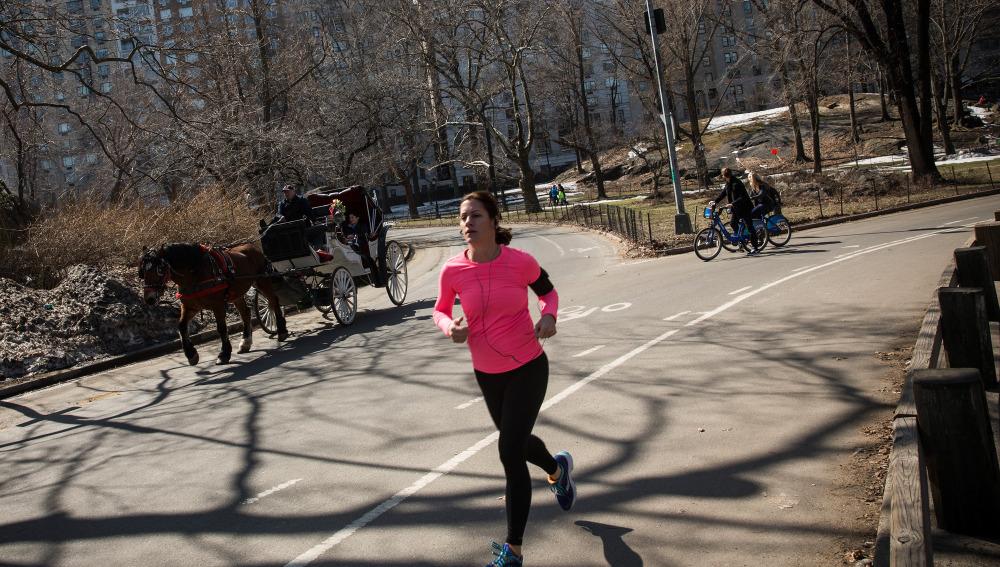 Mujer corriendo por Central Park