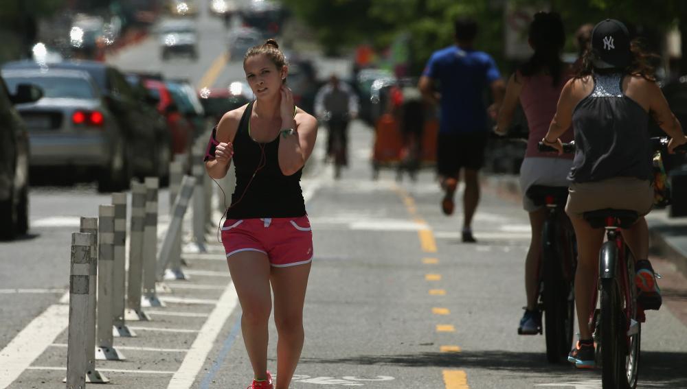 Una mujer corre en una cuesta