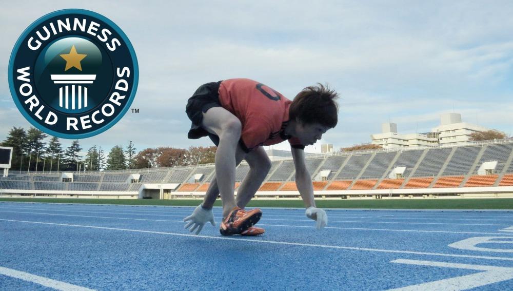Kenichi Ito corriendo los cien metros a cuatro patas