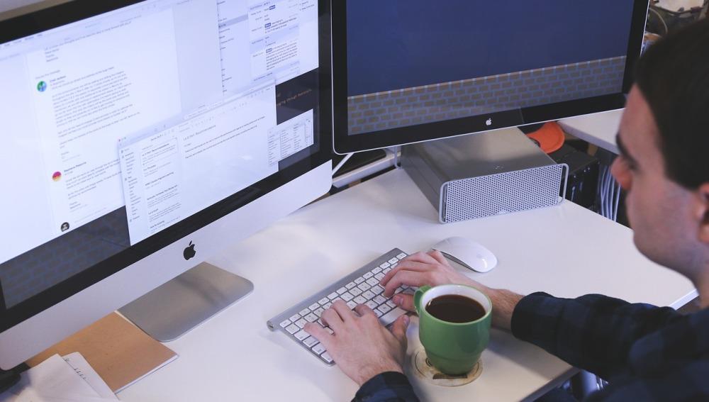 Un trabajador en su oficina con un café