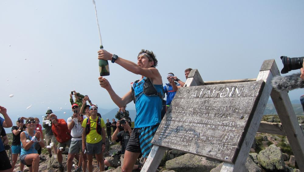 Jurek celebrando el momento con champán