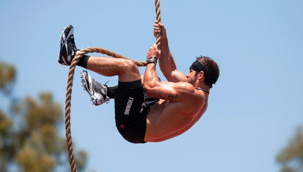 Un hombre practicando ascensión en la cuerda