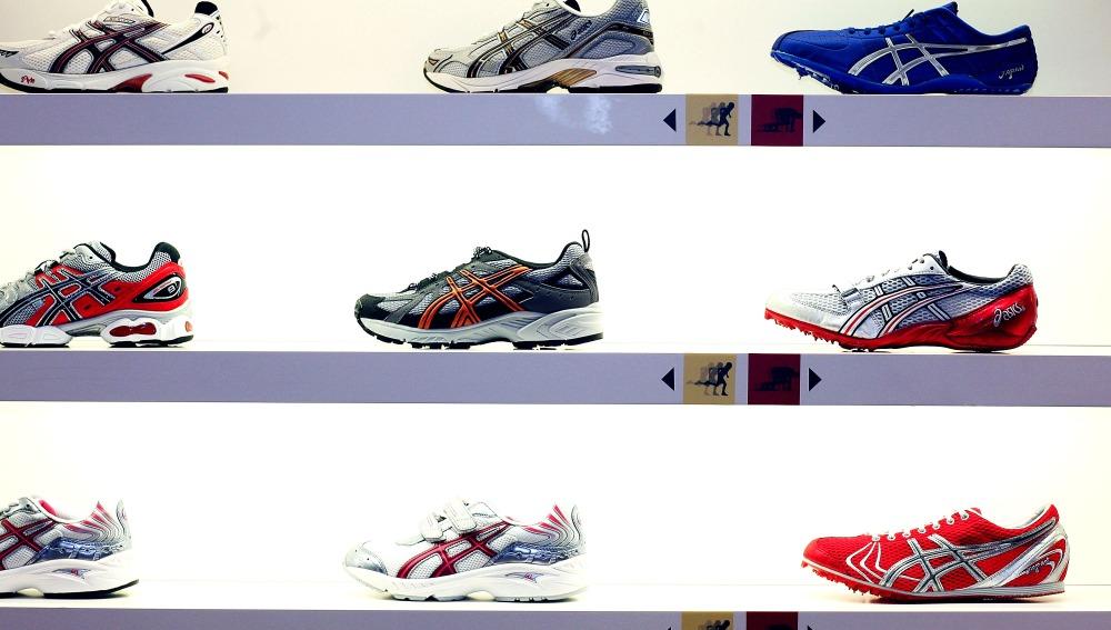 Stand lleno de zapatillas deportivas