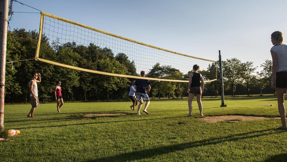Unos jóvenes juegan al voleybol