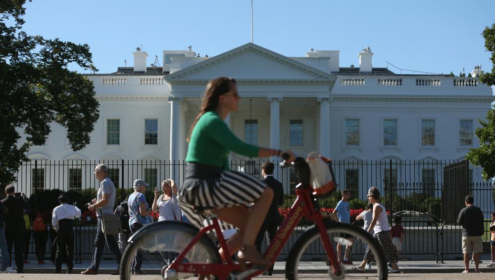 Una chica pasea en bici por Washington