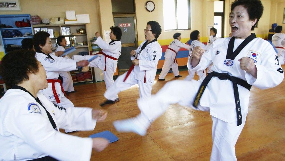 Personas mayores practicando Taekwondo