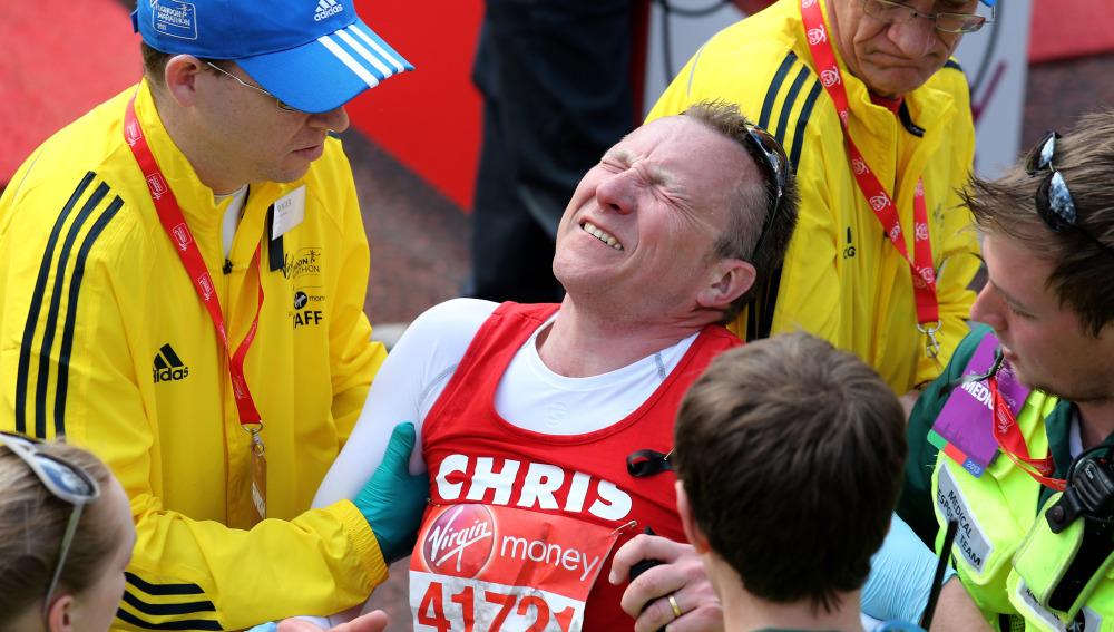 Un corredor finaliza exhausto una carrera