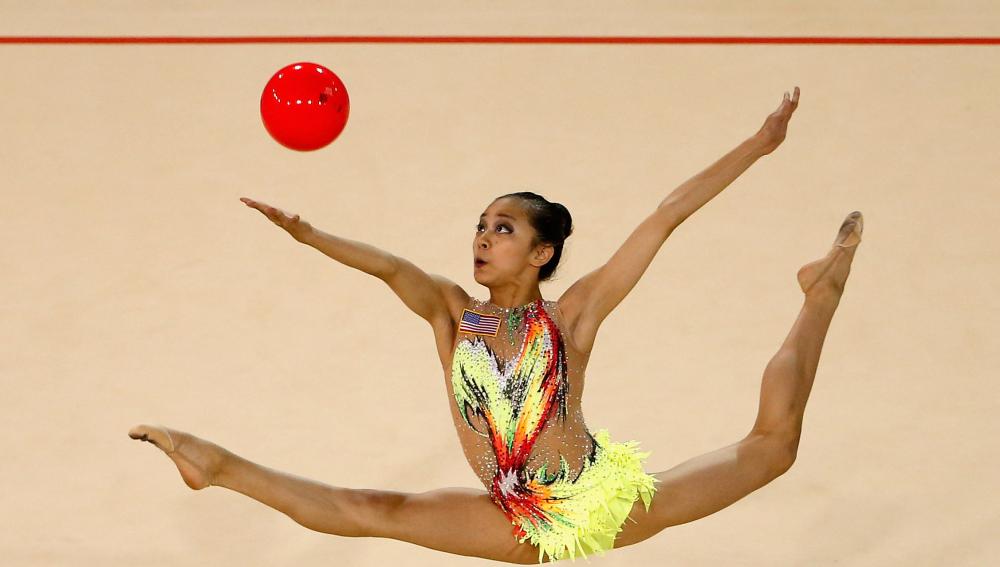 Una gimnasta en pleno ejercicio