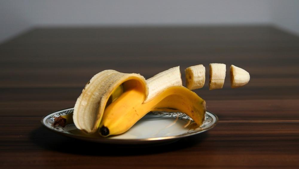Un plátano cortado
