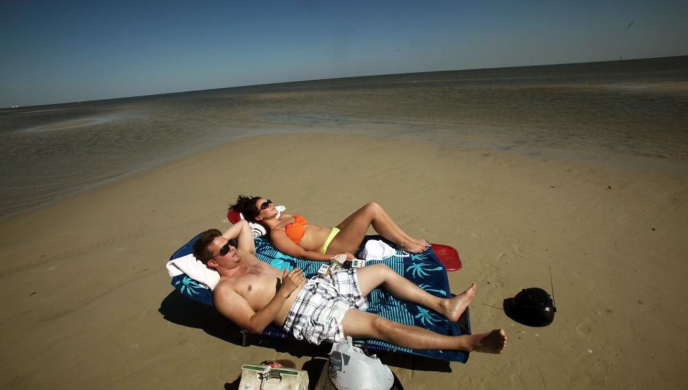 Unos corredores de descanso en la playa