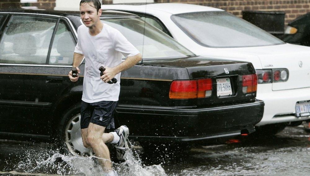 Un runner corriendo bajo la lluvia