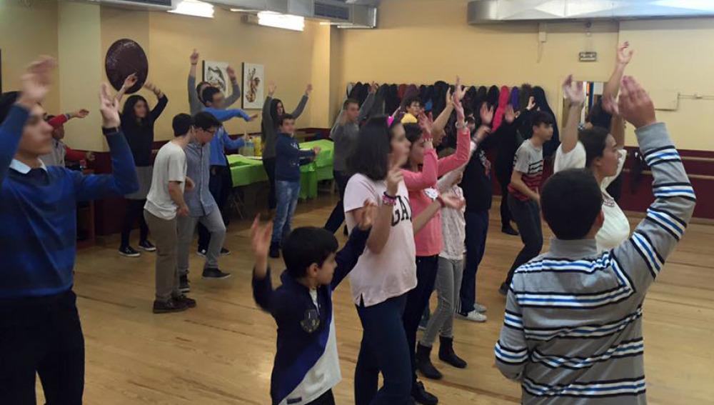 La profesora Victoria Cucarella baila junto a los jóvenes de la Asociación Implica