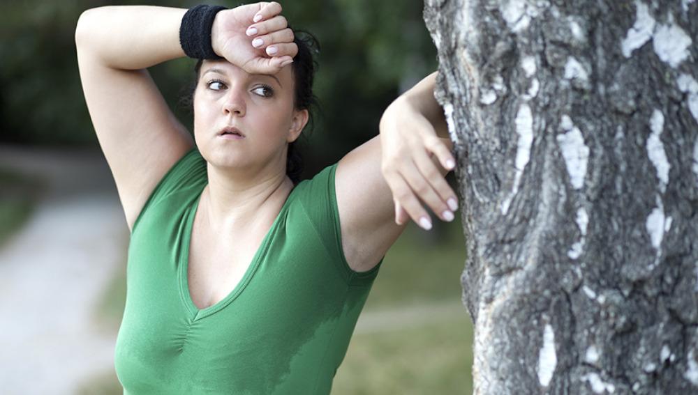 Mujer agotada tras hacer ejercicio