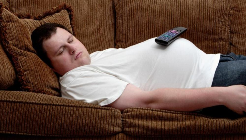 Un hombre duerme en el sofá