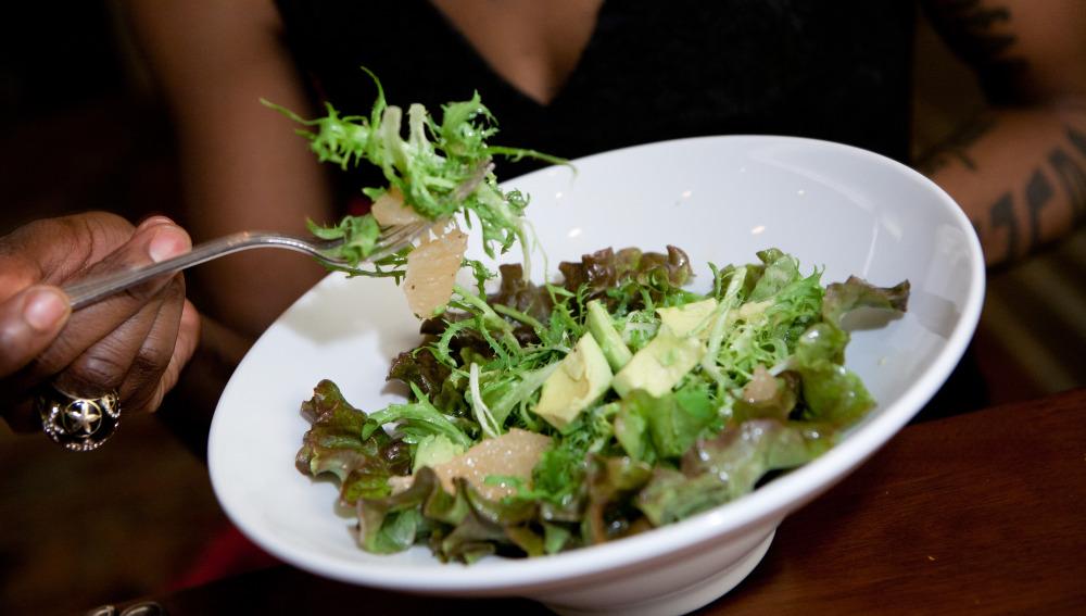 Una mujer come una ensalada