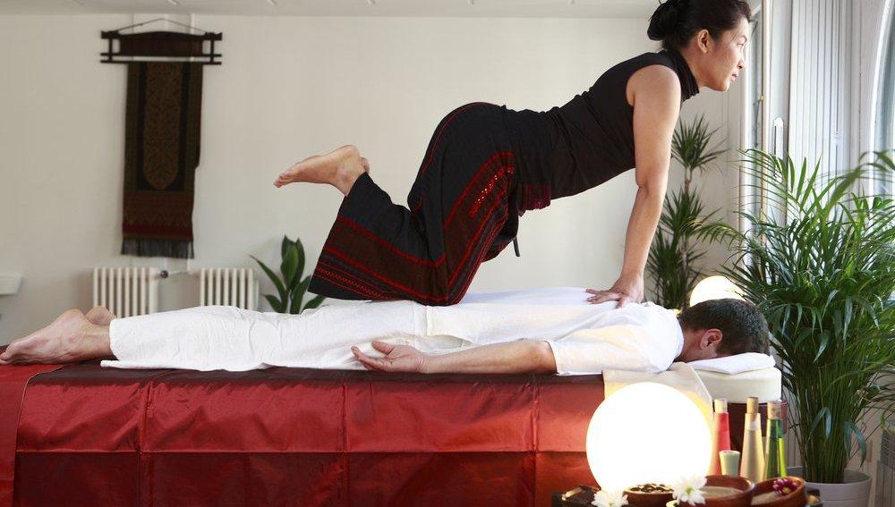 Practicando un masaje tailandés