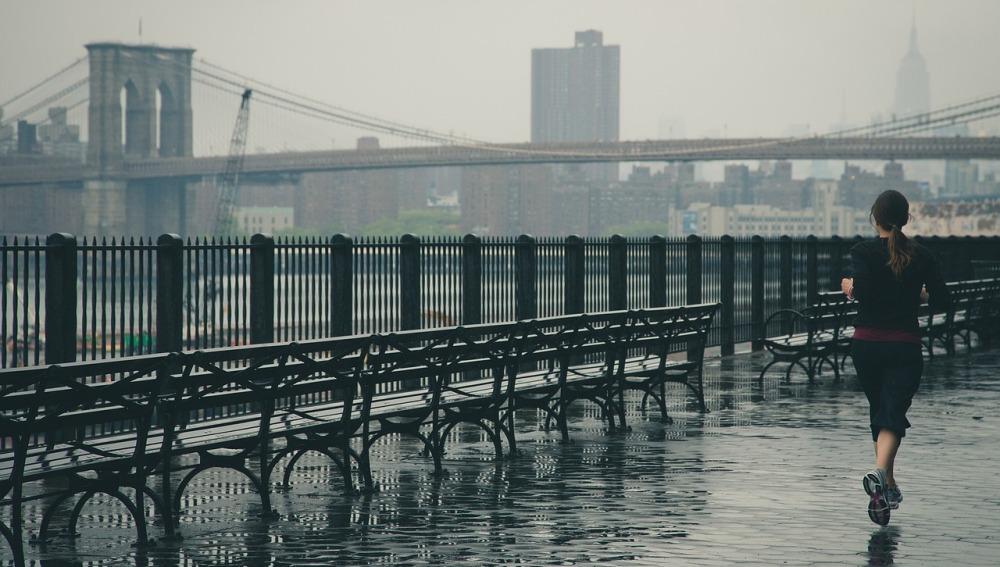 Una chica corriendo por la ciudad