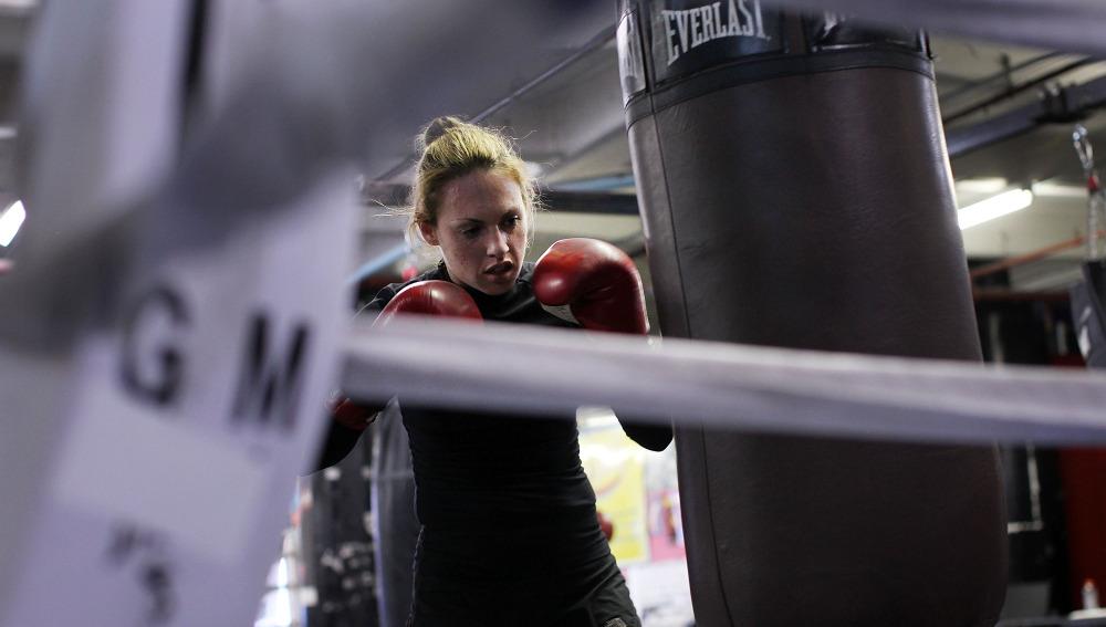 Una mujer con un saco de boxeo