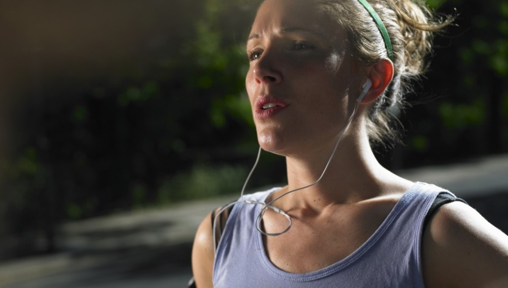 Una corredora de running con la cara colorada
