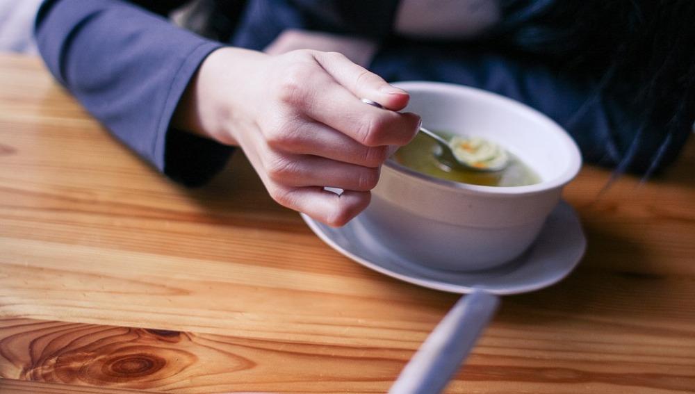 Una sopa antes de comer te evita calorías